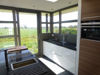 Interieurfoto vanuit de keuken zicht op omgeving